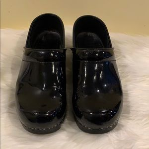 Dansko black patent leather sz 39 exec cond Clog